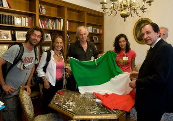"""21/06/2011: la delegazione dell'iniziativa """"Cammina cammina"""", partita da Milano il 20 maggio scorso verso Napoli, ricevuta al Quirinale nel corso dell'odierna tappa a Roma"""